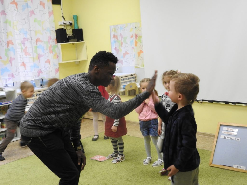 Изучение английского в детском саду Монтессори